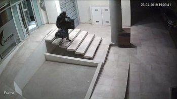 El momento en que el falso hombre araña sale por la puerta del edificio- de la calle Dorrego al 1.300- con lo robado.