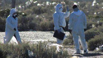 Personal de la policía científica que inspeccionó el cadáver enterrado en un descampado, también analizó dos prendas que fueron arrojadas a un barranco no muy pronunciado de la costa atlántica.