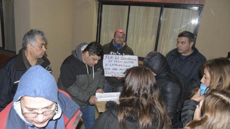 Habitantes de Laprida presentaron ayer un petitorio en la comisaría del barrio para pedir que incorporen un mayor número de efectivos y que se esclarezcan los dos homicidios.