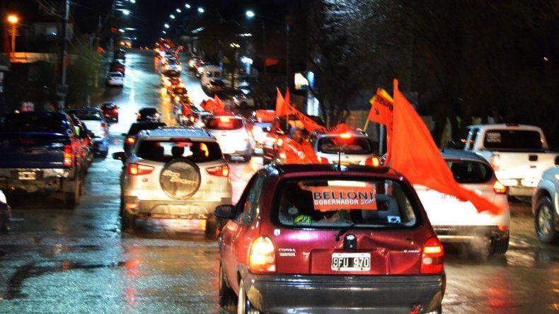 Una extensa caravana Ade autos con gran despliegue de banderas de color naranja irrumpió por las calles de Puerto Deseado.