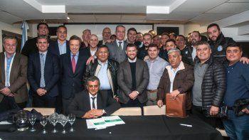 La firma del acuerdo en la Casa del Chubut, en Buenos Aires.