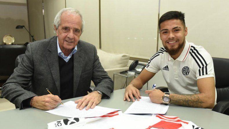 Paulo Díaz junto al presidente de River Rodolfo DOnofrio durante la firma de su contrato por tres años.