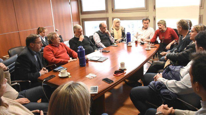 El bloque de legisladores del PJ junto a intendentes y referentes de ese partido durante la reunión que se celebró en Rawson.