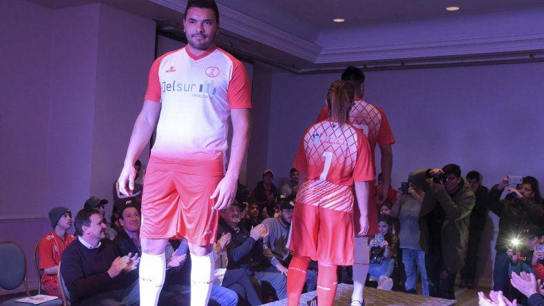 El arquero José Luis Alcaín fue uno de los que desfiló con la nueva ropa.