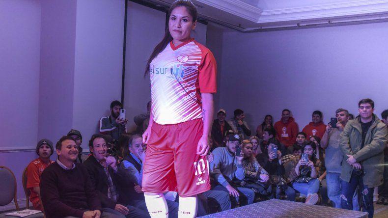 La capitana del Globo hizo su presentación con la nueva camiseta.