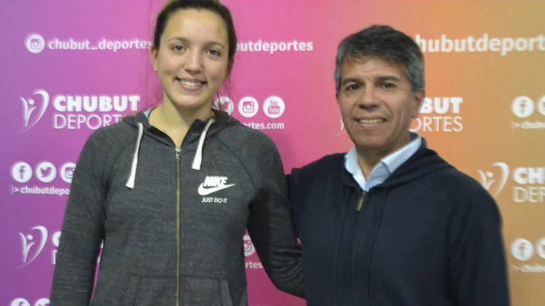 Lola Maza Caucigh junto al gerente de Chubut Deportes