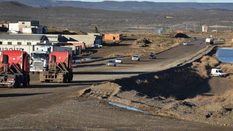 Comenzaron ayer los preparativos para pavimentar el tramo de ripio de la Ruta 12 que constituye el acceso oeste de Caleta Olivia.