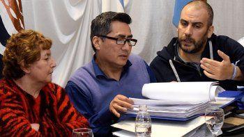 El presidente del Centro de Residentes Riojanos, Carlos Carpio, muestra a Facundo Prades la documentación de las inversiones que se hicieron con un aporte económico que otorgó el municipio.