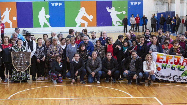 Las delegaciones posan junto al intendente Carlos Linares y otras autoridades que visitaron el desarrollo de los Juegos Evita.