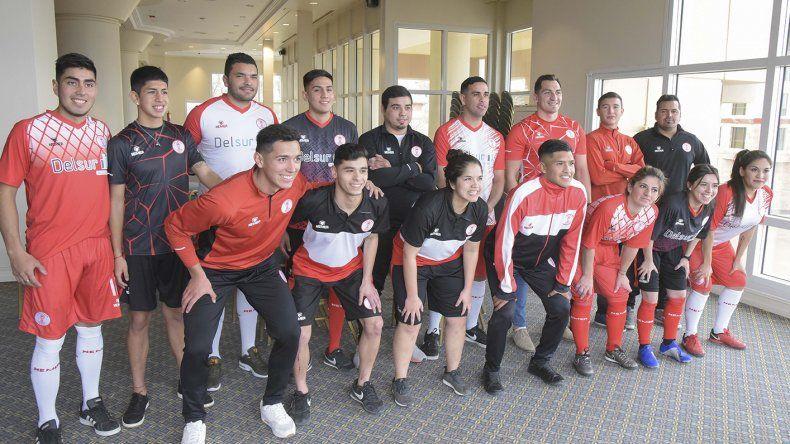 El plantel de Huracán posa junto con las chicas del mismo club durante la presentación de la nueva indumentaria deportiva.