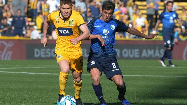 Leonardo Gil se lleva el balón marcado por Adrián Cubas.