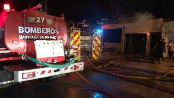 Policías rescataron a dos hombres de un incendio