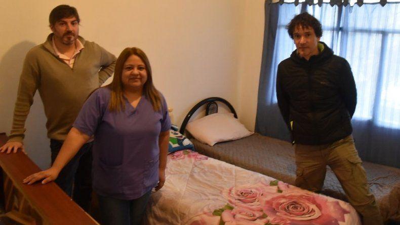 Referentes de la agrupación de Vecinos Unidos Solidarios y profesionales del Departamento de Salud Mental muestran una de las habitaciones que albergará a personas en situación de calle.