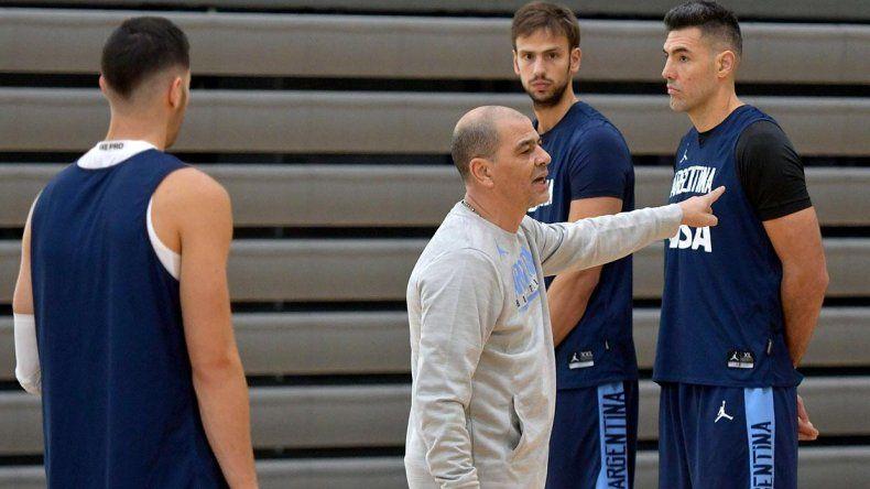 Sergio Hernández dando indicaciones durante un entrenamiento de la selección argentina que el viernes volverá al trabajo en Capital Federal.