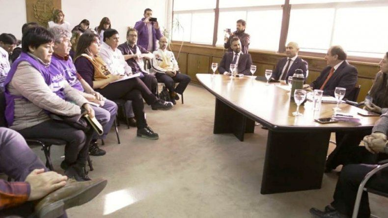 En la reunión con los dirigentes gremiales no estuvo el gobernador Arcioni.