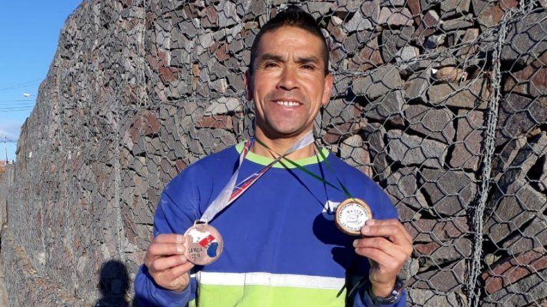 Héctor Bilbao luce con orgullo las medallas que obtuvo en La Rioja