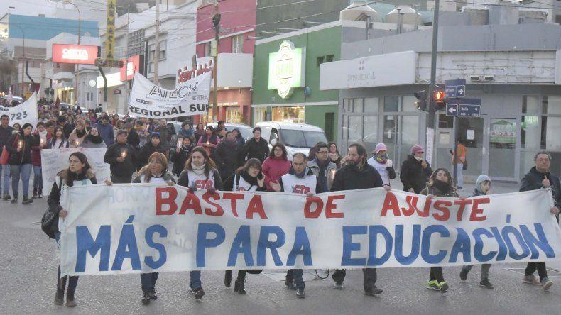 Los manifestantes descendieron por San Martín y finalizaron la marcha con un acto en la calle Güemes.