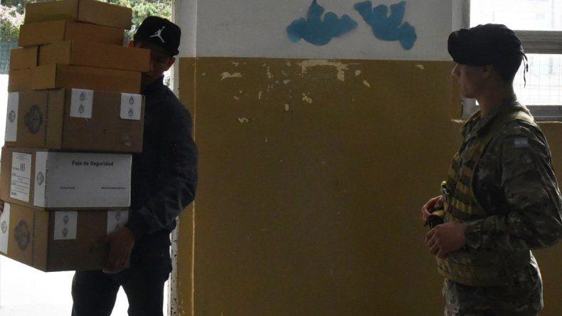 Personal del Correo Argentino distribuyó ayer las urnas en las 19 escuelas habilitadas para la votación en Caleta Olivia.