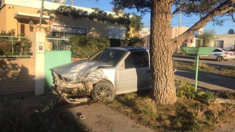 Un automóvil quedó incrustado en una casa tras chocar