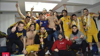Los jugadores de Náutico Rada Tilly festejan la consagración.