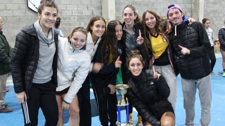 Las chicas de Náutico Rada Tilly celebran el título logrado en la categoría Sub 18.