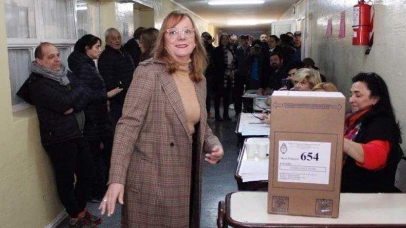 Alicia Kirchner concurrió a votar cerca del mediodía del domingo pero tuvo que esperar hasta la madrugada de ayer para celebrar su reelección.