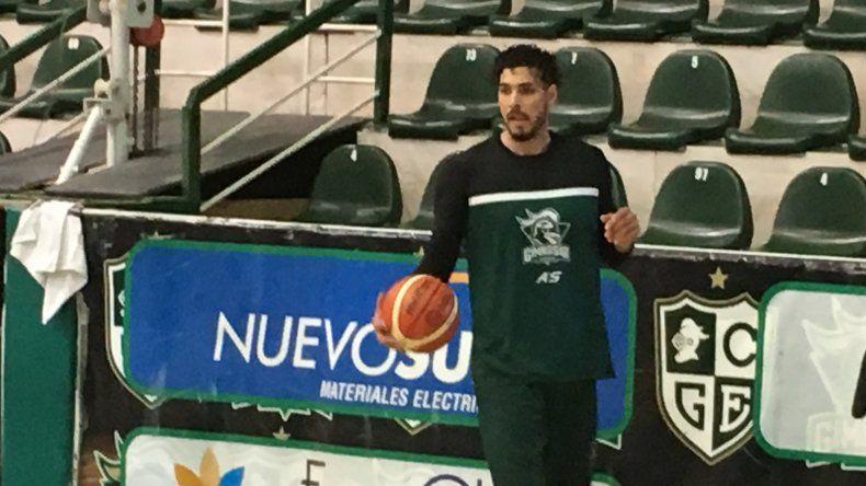Roberto Acuña realizando el entrenamiento que Gimnasia efectuó el lunes en el Socios Fundadores.