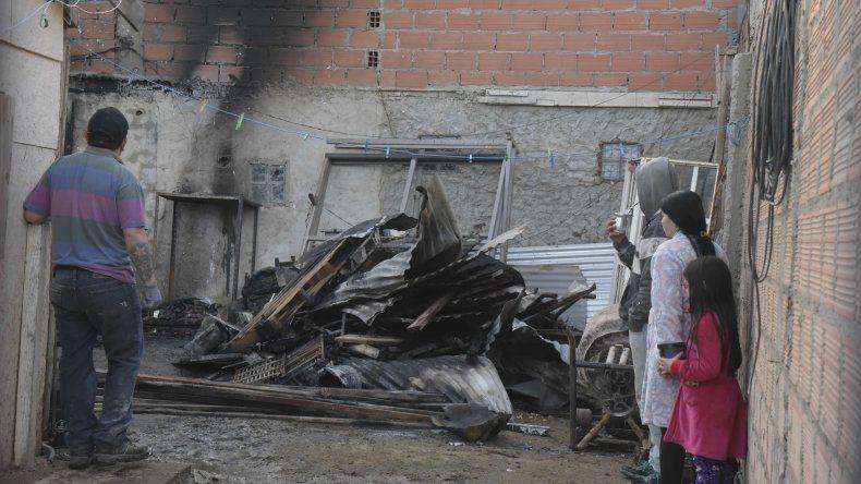 En un incendio en barrio Las  Américas explotó una garrafa