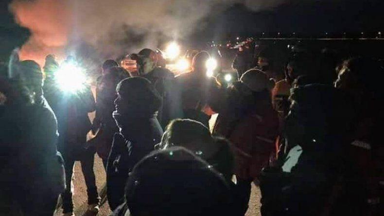 Estatales de vigilia en ruta 26: petroleros acompañan la protesta