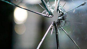 un hombre denuncio que su expareja e hija le destrozaron el auto y le robaron