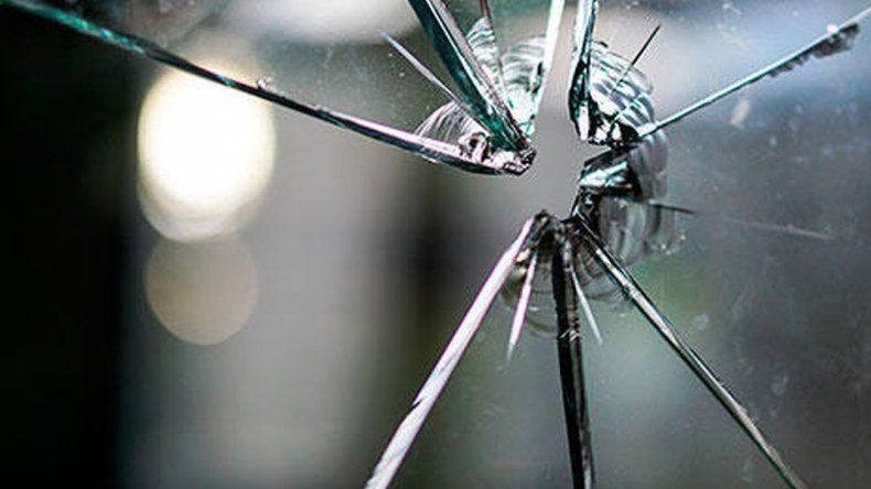 Un hombre denunció que su expareja e hija le destrozaron el auto y le robaron