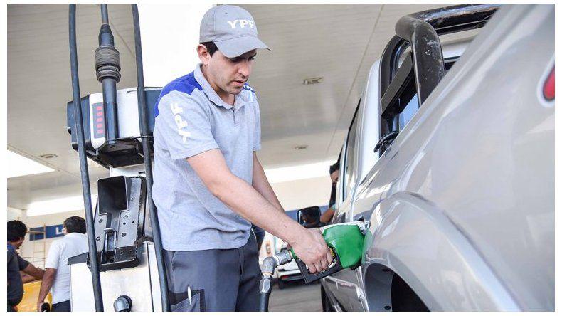 Para congelar los precios de los combustibles  fijan el dólar y el Brent a valores del 9 de agosto