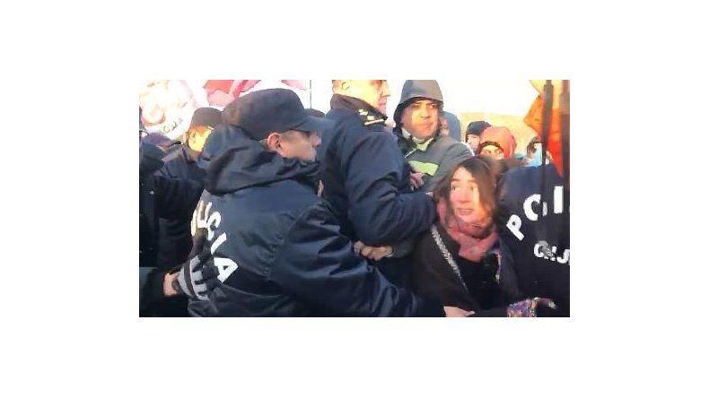 El máximo momento de tensión de ayer cuando la policía intentó desalojar a los manifestantes en el cruce de las rutas 3 y 26.