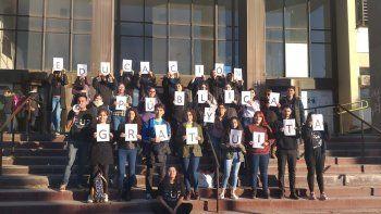 El miércoles se realizó el abrazo solidario a la sede central de la Universidad para pedir que vuelva el Transporte Educativo Gratuito.