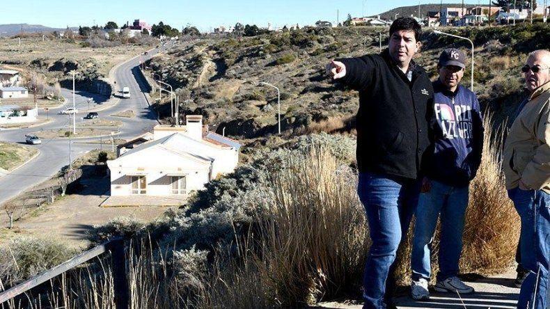 Pablo Fernández se reunió con dirigentes del barrio Bella Vista, con quienes también realizó una recorrida para coordinar tareas de limpieza de baldíos y reparación de la escalera peatonal.