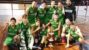 Los chicos U15 de Gimnasia festejan el título del torneo Apertura.