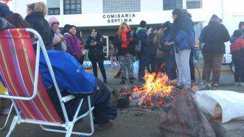 La vigilia de los manifestantes en el exterior de la Comisaría Séptima para reclamar por la liberación de los dirigentes sindicales docentes.