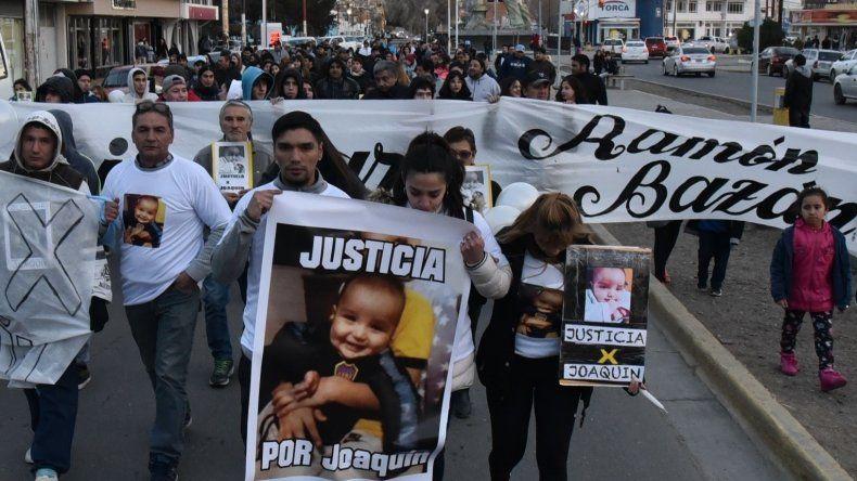 La marcha de silencio pidiendo justicia por la muerte del niño Joaquín Rúa y del empleado municipal Ramón Bazán se desplazó por la avenida San Martín.