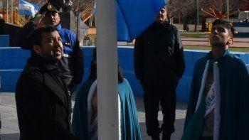 El secretario de Gobierno de la comuna de Cañadón Seco, Javier Carrizo, junto a los jóvenes soberanos de esa localidad y oficiales de policía, tuvieron a su cargo el izamiento del Pabellón Nacional.