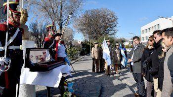 Dos integrantes del Regimiento de Granaderos engalanaron la ceremonia que se realizó Caleta Olivia para rendir homenaje al General San Martín.