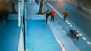 un policia mato a un hombre de una patada en el pecho