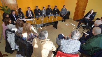 arcioni se reunio con representantes de los gremios