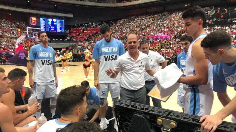 Sergio Hernández en un pedido de minuto dialoga con sus jugadores.