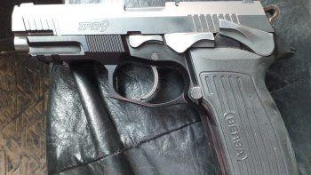 Las tres armas incautadas corresponden a allanamientos desarrollados en una investigación por amenazas.