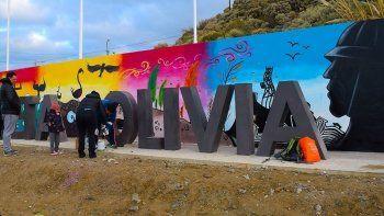 Figuras de la fauna y flora autóctona, además de la imagen de sitios de referencia históricos de Caleta Olivia, se plasman en el nuevo cartel de bienvenida.