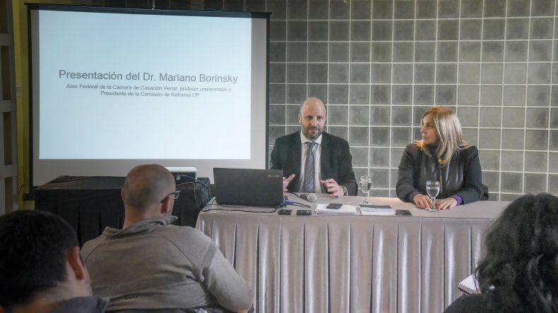 El juez federal Mariano Borinski ayer en Comodoro junto a la jefa de la Defensoría Pública Iris Moreira en la especialización de derecho penal en la disertó para fiscales