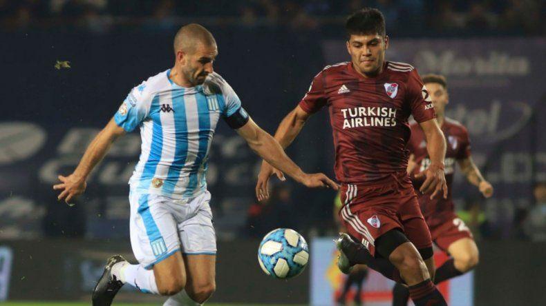 Lisandro López con la pelota ante la marca del paraguayo Robert Rojas.