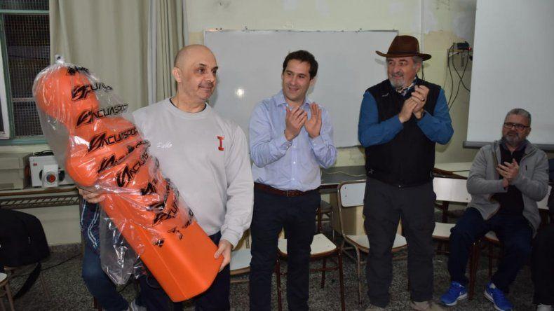 Pablo Zuazo –director del ISFD 810- recibe el muñeco para las prácticas de primeros auxilios.