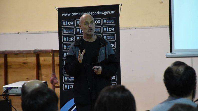 El licenciado Mario Di Santo disertando en el gimnasio municipal 1.