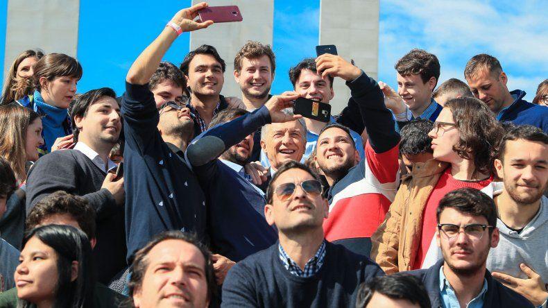 Mauricio Macri comparte una fotografía con un grupo de jóvenes durante el acto realizado en Santa Fe.